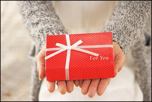 プレゼントを渡す女性の画像