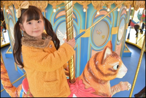 遊園地で遊ぶ女の子の画像