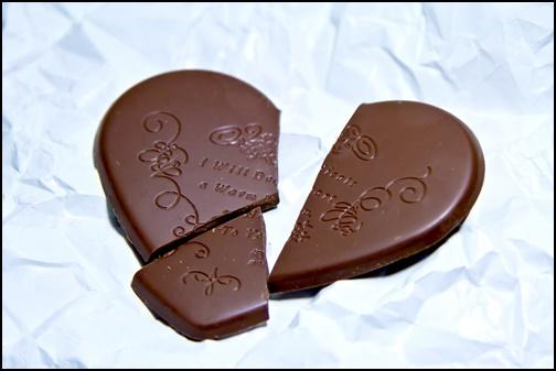 3個に割れたバレンタインチョコレートの画像