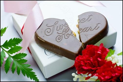 割れたバレンタインチョコレートの画像