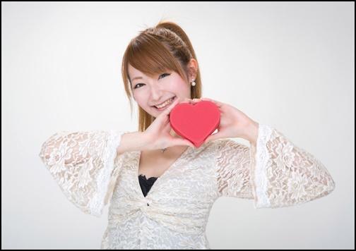 バレンタインチョコを渡す10代のかわいい女性の画像
