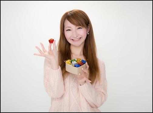 バレンタインチョコレートをプレゼントする可愛い女性の画像