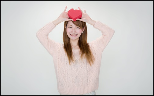 バレンタインチョコレートを掲げる可愛い女性の画像