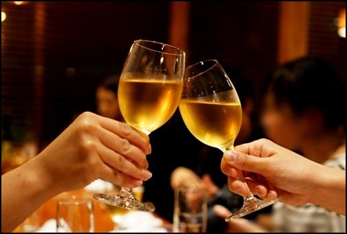 バレンタインにワインで乾杯する画像