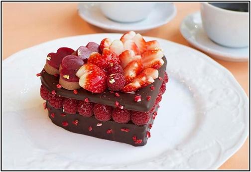 ベリーとチョコレートのケーキの画像
