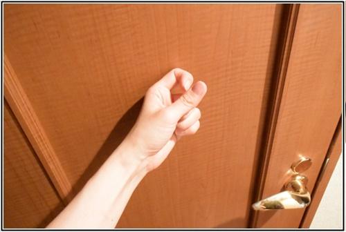 ドアをノックする画像