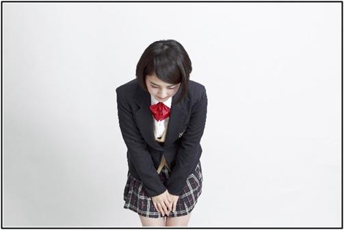 お辞儀する女子高生の画像