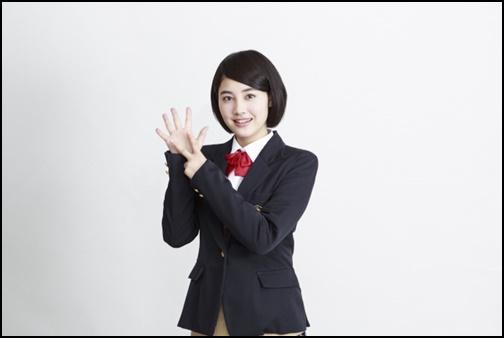 手で7の数字を表す女子高生の画像