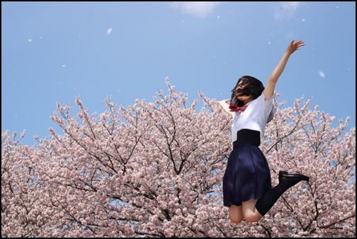 ジャンプする女子高生の画像