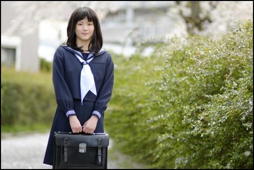 女子高生とカバンの画像