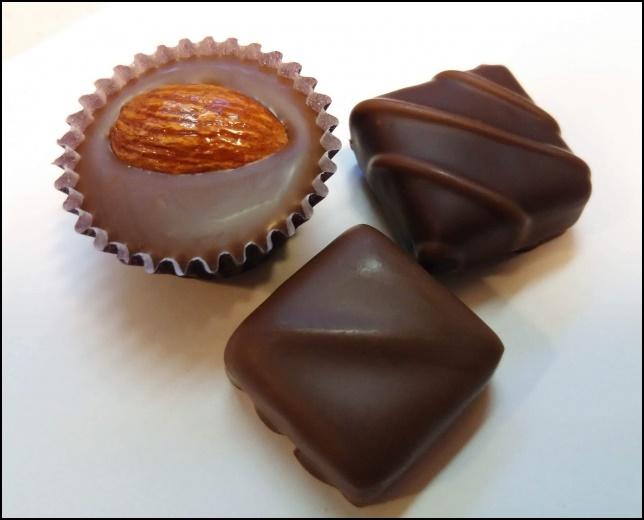 一口サイズのチョコレートの画像