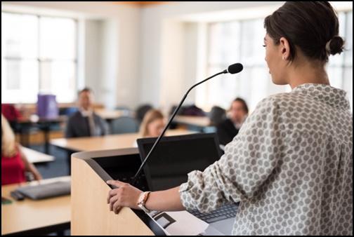 講義をする先生の画像