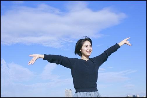 外で手を広げる女子高生の画像