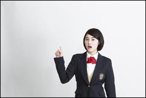 指差しをして驚いている女子高生の画像