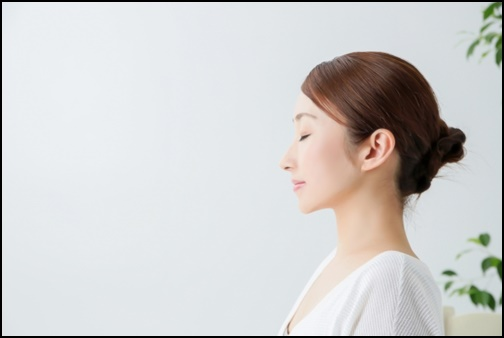 女性の髪型、耳を出している画像