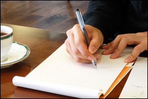 紙に書いている画像
