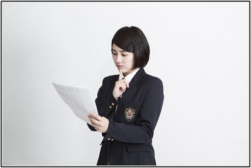 ノートを見る女子高生の画像