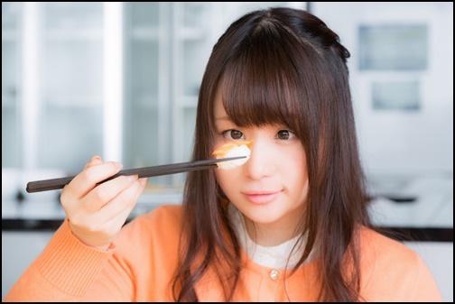 お寿司を見ている可愛い女性の画像