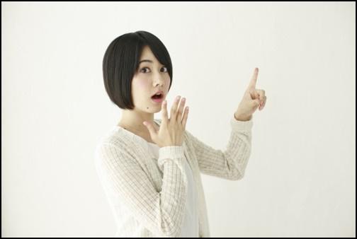 指差しする女子高生の画像