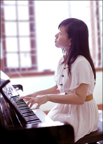 ピアノ演奏する女性の画像