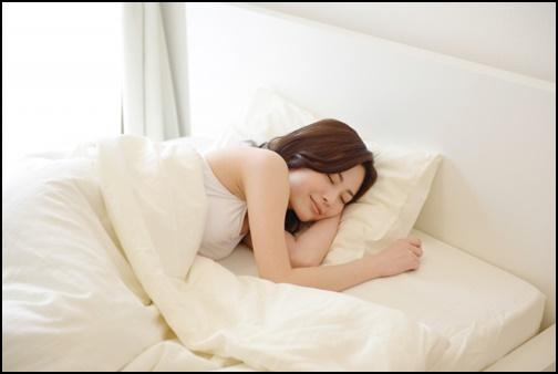 睡眠する美しい美人女性の画像