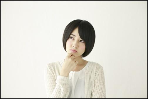 考える女子高生の画像