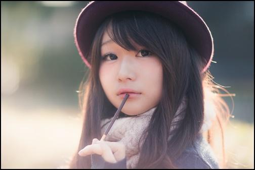 ポッキーを食べるかわいい女性の画像