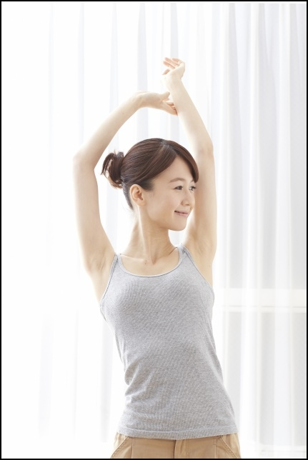運動をしている女性の画像