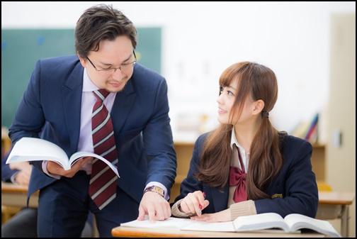 授業を受ける女子高生の画像