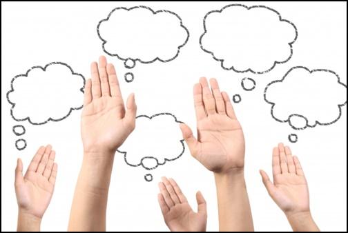 手を上げて質問している画像