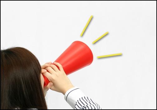 メガホンで叫ぶ女性の画像