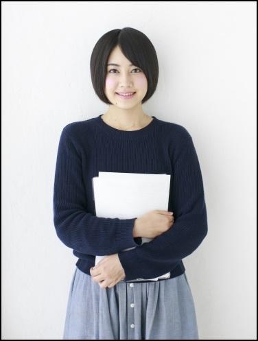 書籍を持った女子高生の画像