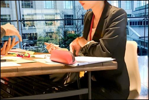 会議に参加している女性の画像