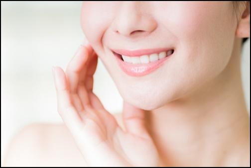 笑顔の女性の口元の画像