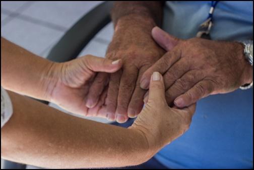手繋ぎ支える手の画像