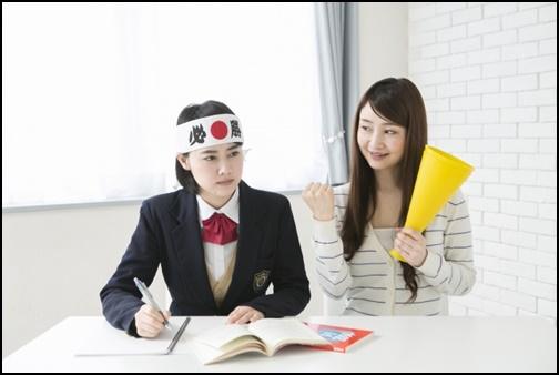 勉強する女子高生の画像