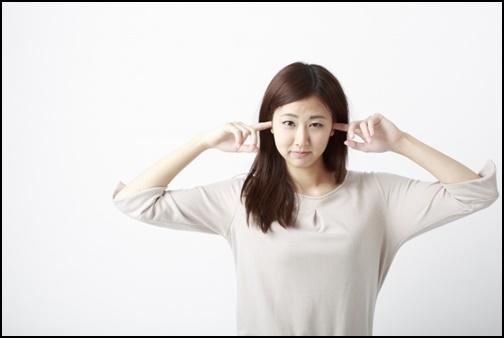 耳栓する女性の画像