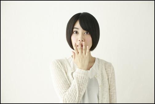 驚きの顔の女子高生の画像