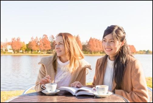 女子旅でお茶をしている画像
