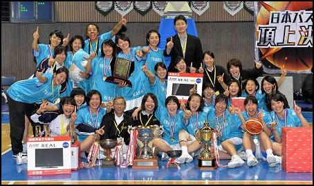 バスケットで優勝した女子大生グループの画像