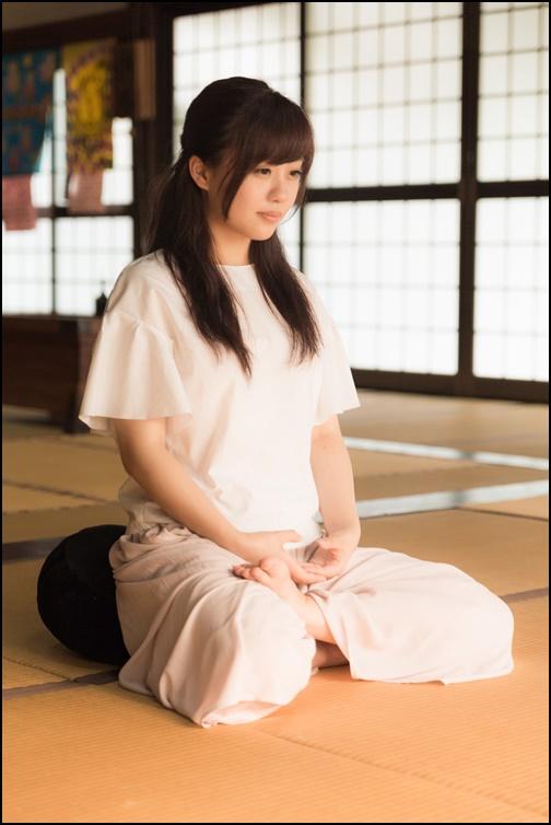 座禅している女性の画像