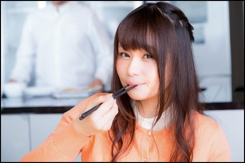 お寿司を食べて満足している女性の画像