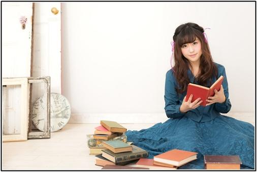 読書をする女性の画像