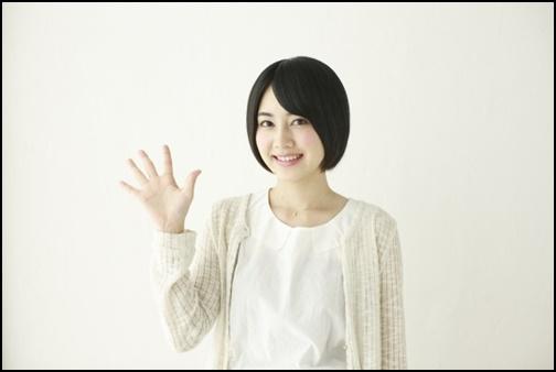 5のポーズをしている女子高生の画像