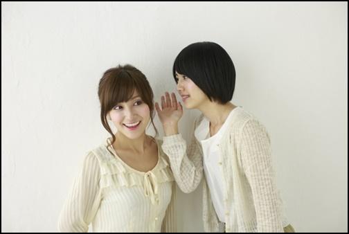 女性二人がおしゃべりしている画像