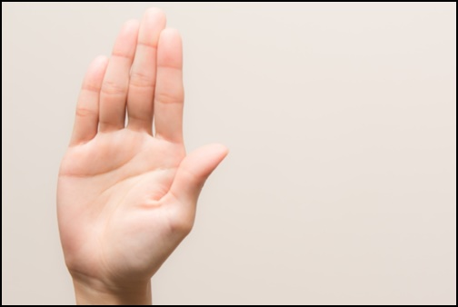 手を上げる女性の画像