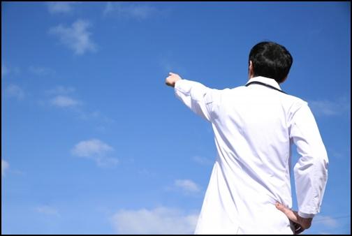 空を差す医者の画像