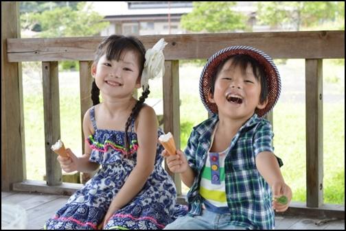 アイスを持って笑顔の男の子と女の子の画像