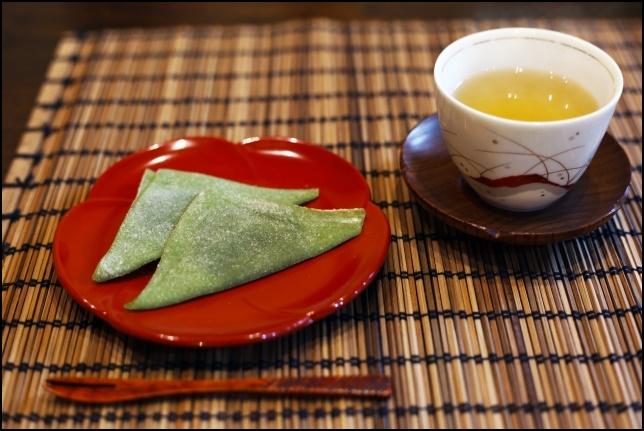 京都の八つ橋とお茶の画像