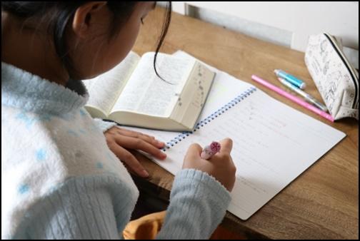 英語の宿題をする女の子の画像